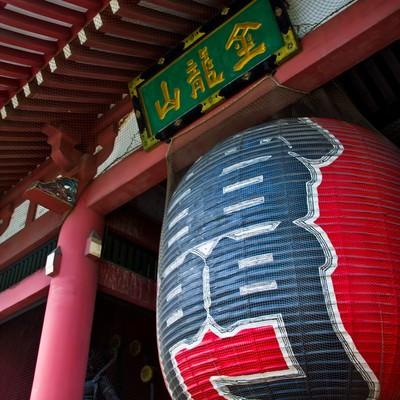 浅草の雷門の提灯の写真