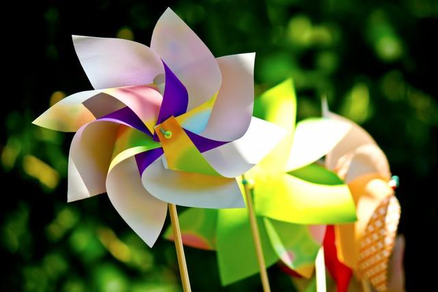 鮮やかな風車(かざぐるま)の写真