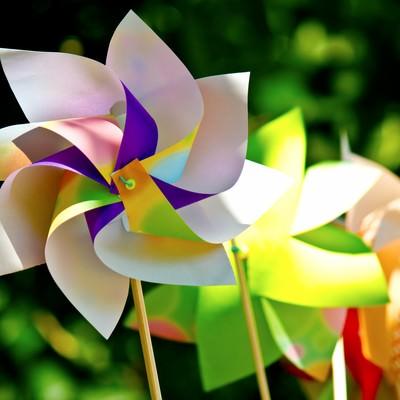「鮮やかな風車(かざぐるま)」の写真素材