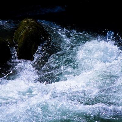 渓流の水しぶきの写真
