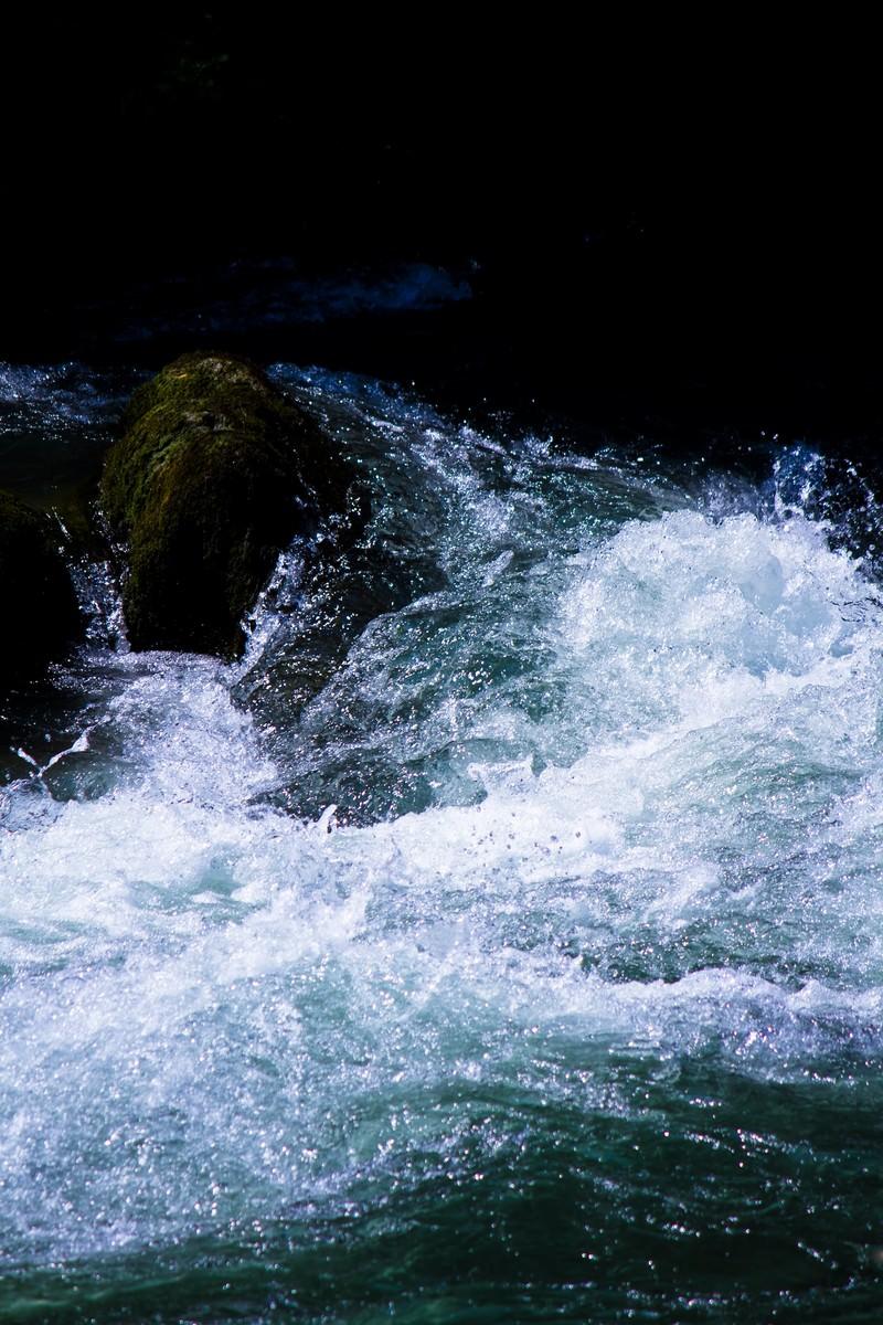 「渓流の水しぶき」の写真