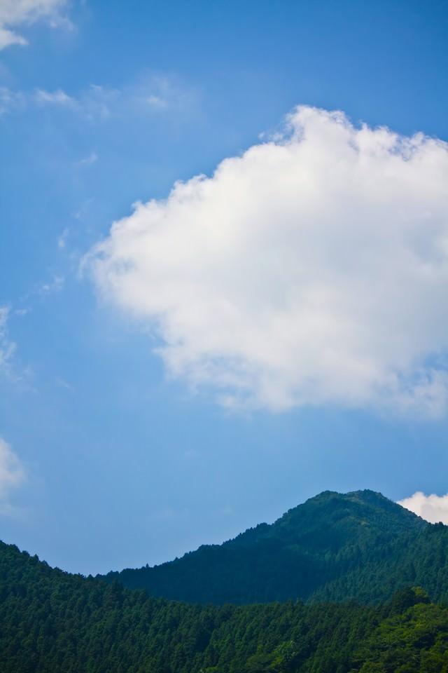 真夏の青空と山の写真