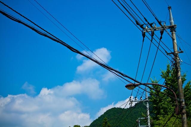 真夏の青空と電柱・電線の写真