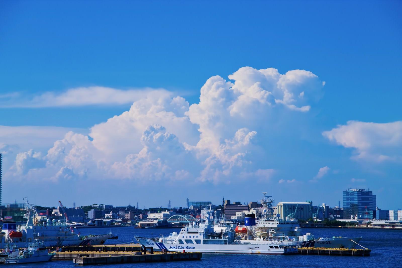 「大きな入道雲と港」の写真