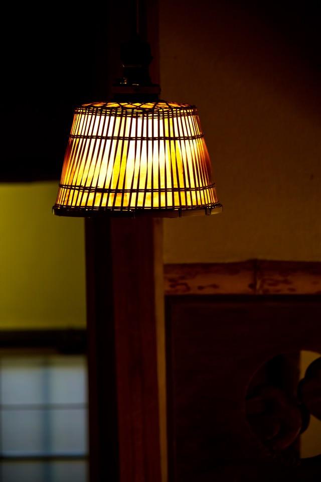 木製の電灯の写真