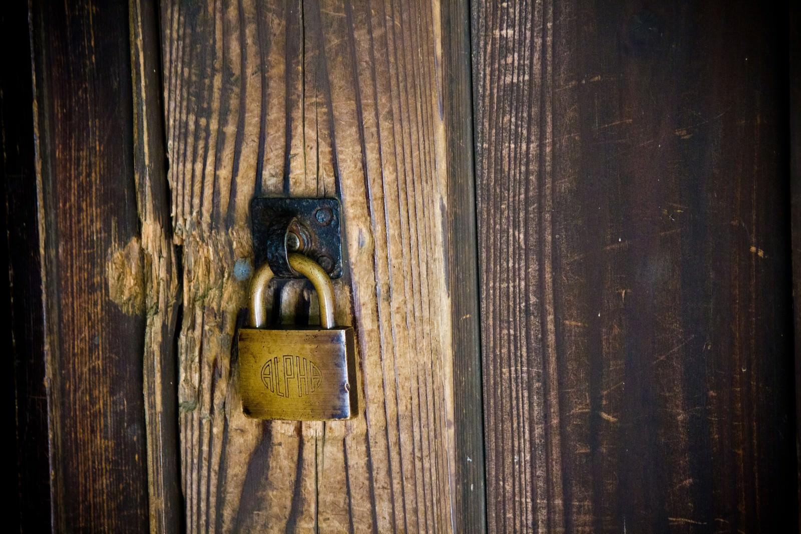 「木造と南京錠   写真の無料素材・フリー素材 - ぱくたそ」の写真