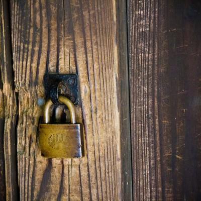 「木造と南京錠」の写真素材