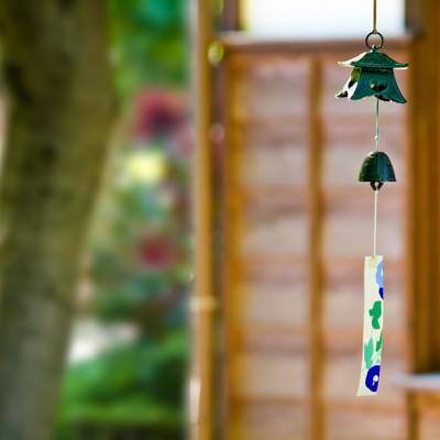 庭先の風鈴の写真