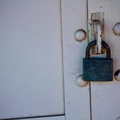 錆びた南京錠の写真