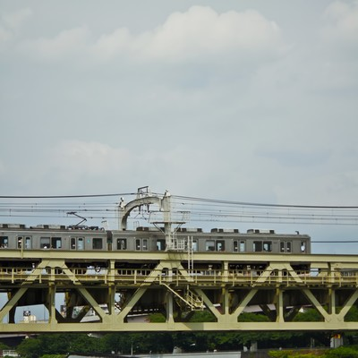隅田川を通過する電車の写真