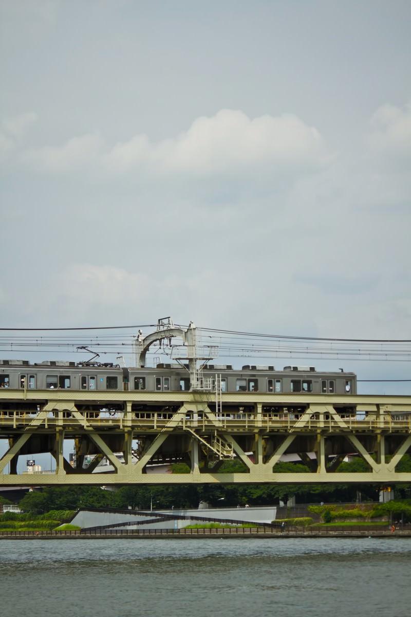 「隅田川を通過する電車」の写真