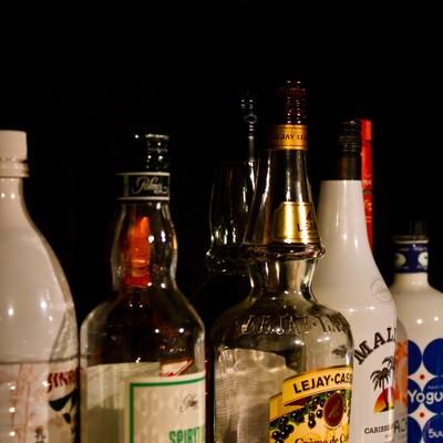 「棚に並べられたボトル」の写真素材