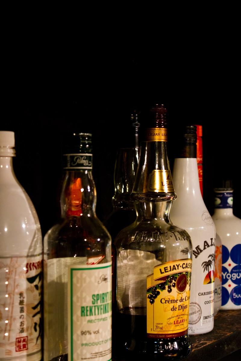 「棚に並べられたボトル棚に並べられたボトル」のフリー写真素材を拡大
