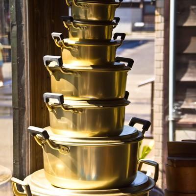 「積み重ねられた鍋」の写真素材