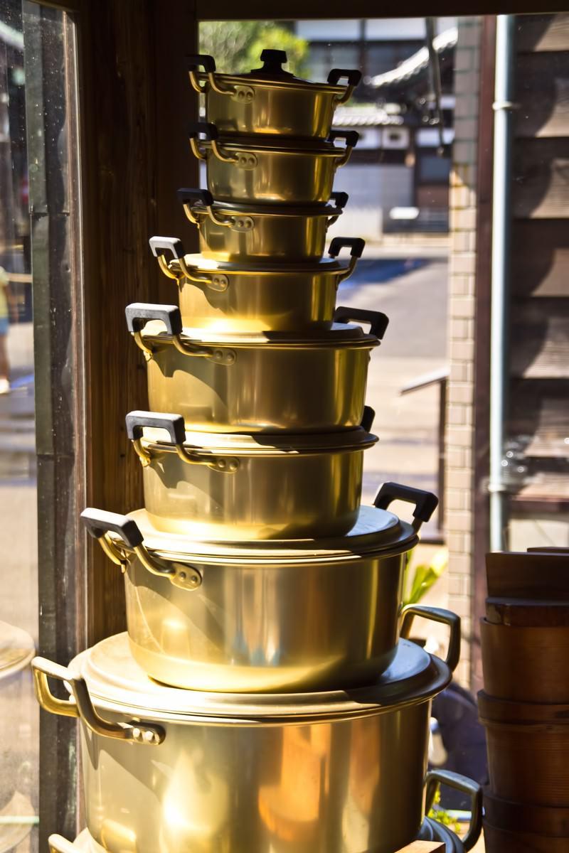 「積み重ねられた鍋」の写真