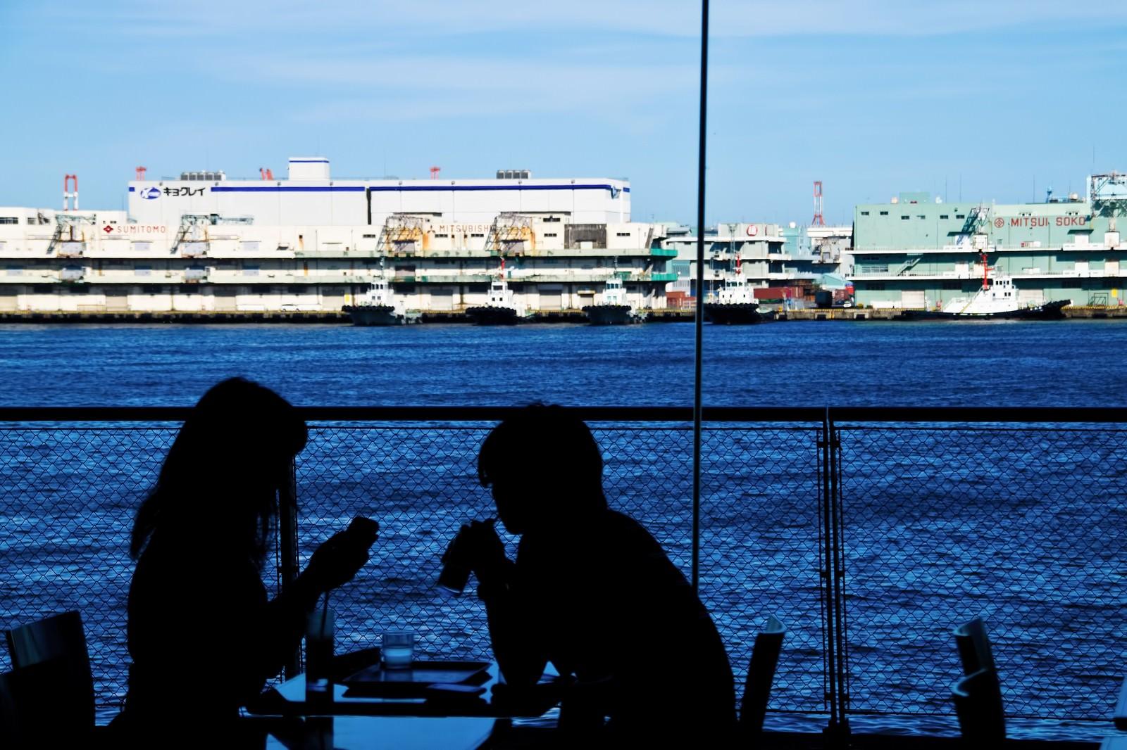 「海が見える窓辺の恋人海が見える窓辺の恋人」のフリー写真素材