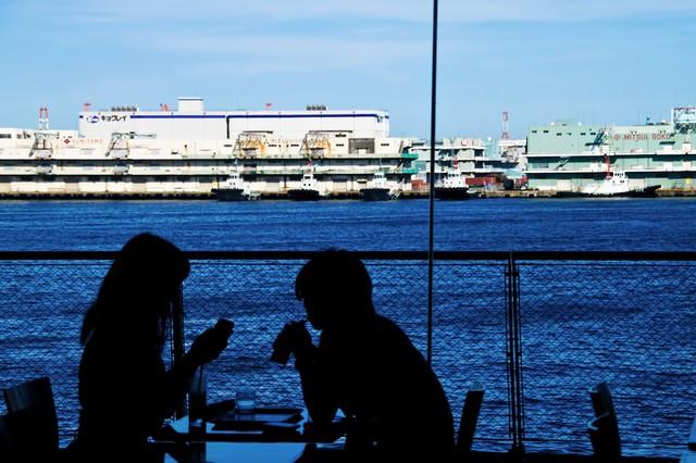 海が見える窓辺の恋人の写真