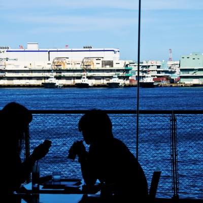 「海が見える窓辺の恋人」の写真素材