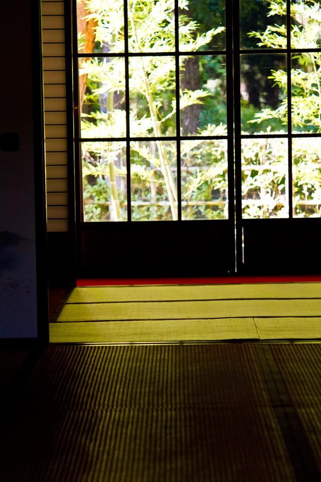 和室とガラス窓の写真