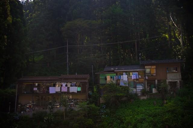 山の中の民家の写真