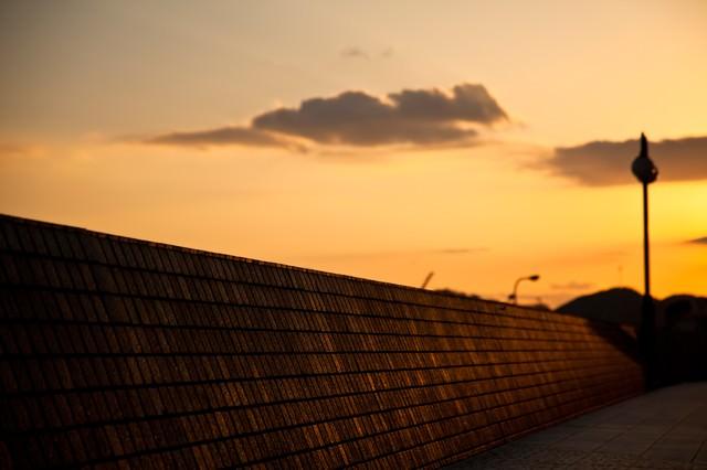 夕暮れの防波堤の写真