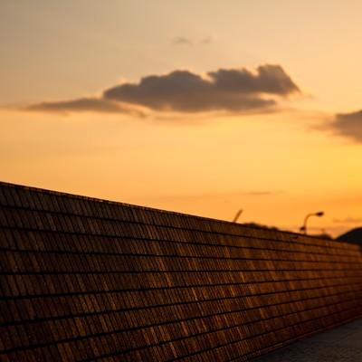 「夕暮れの防波堤」の写真素材