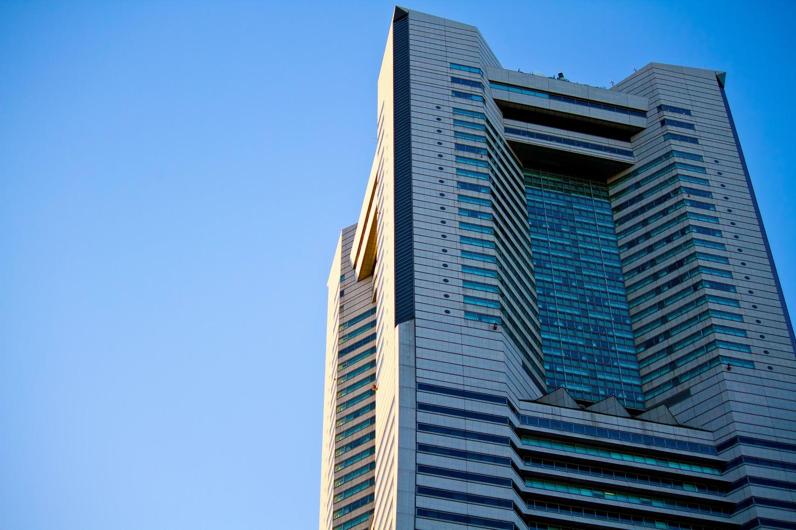 「夕暮れのランドマークタワー」の写真