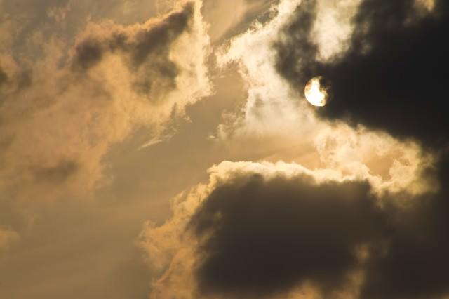 夕暮れの太陽の写真