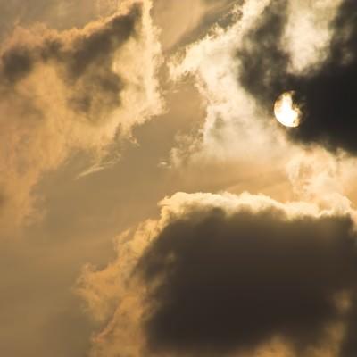 「夕暮れの太陽」の写真素材
