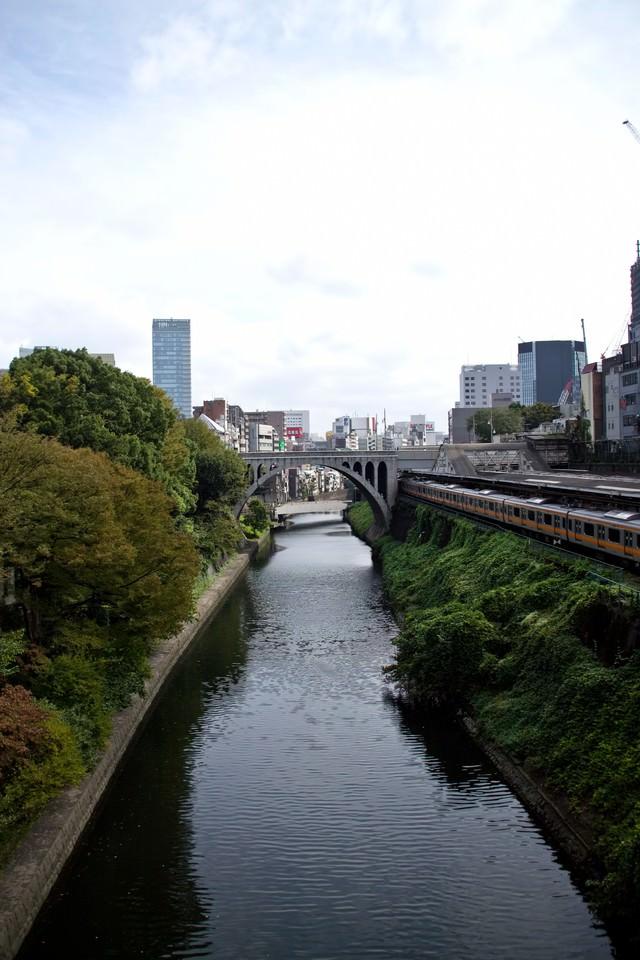 御茶ノ水駅と神田川の写真