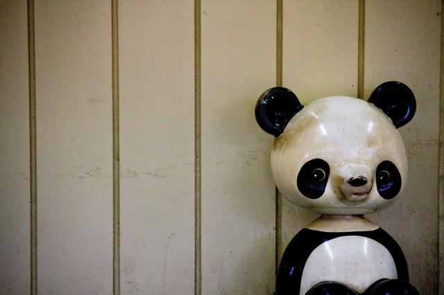 朽ちたパンダの遊具の写真