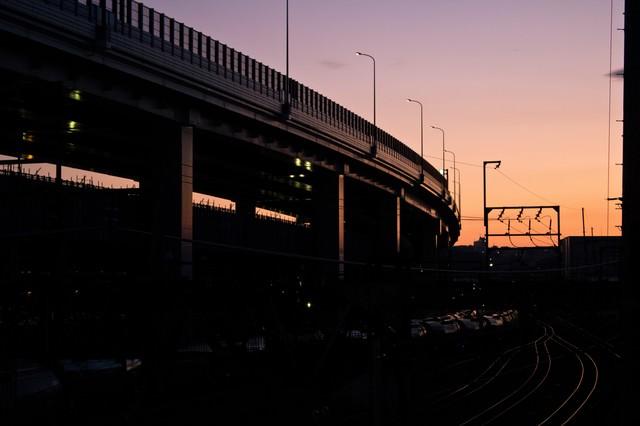 夕暮れの高架と線路の写真