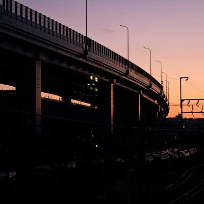 「夕暮れの高架と線路」の写真素材