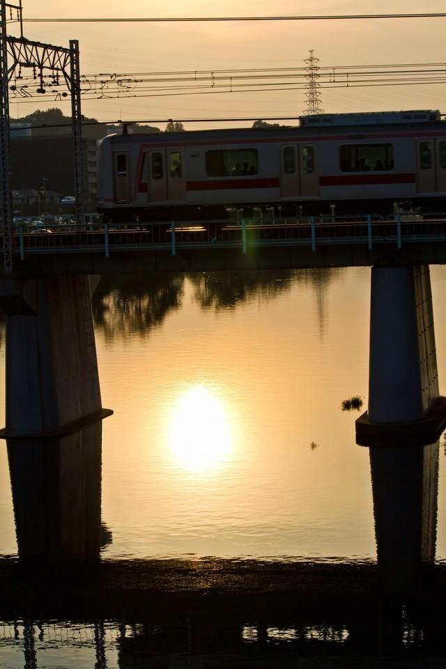 夕焼けと電車の写真