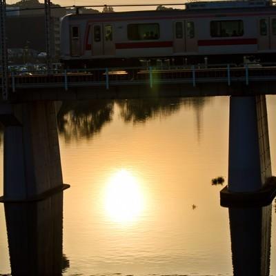 「夕焼けと電車」の写真素材