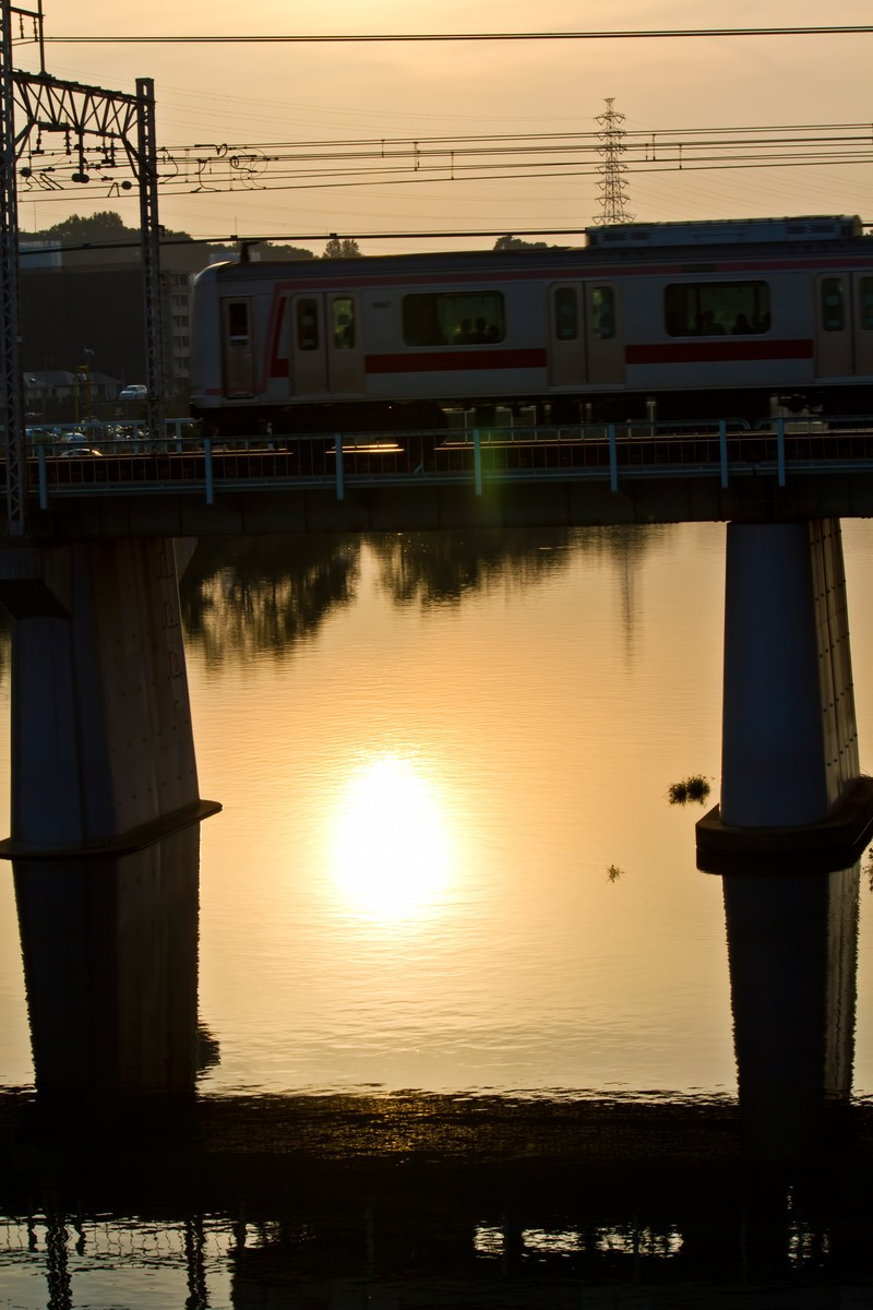 「夕焼けと電車夕焼けと電車」のフリー写真素材を拡大