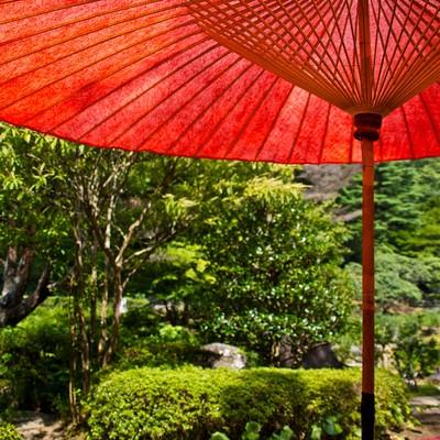 「赤い傘と休憩処」の写真素材