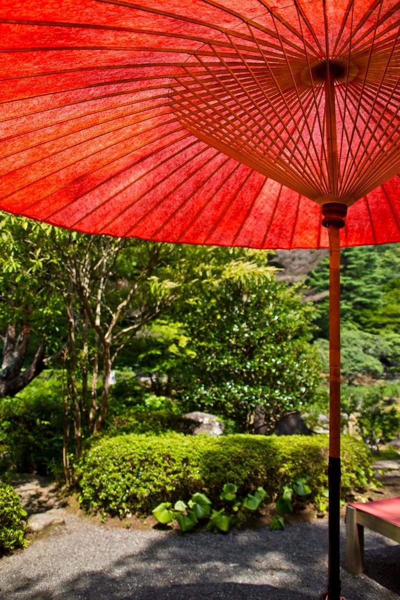 「赤い傘と休憩処」の写真