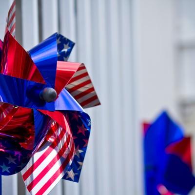 アメリカ国旗の風車の写真