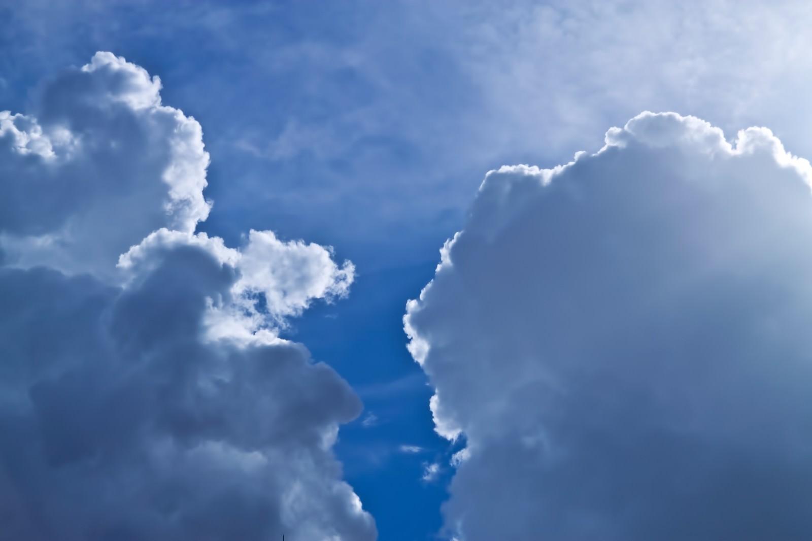 「青空と雨雲」の写真