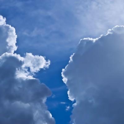 「青空と雨雲」の写真素材