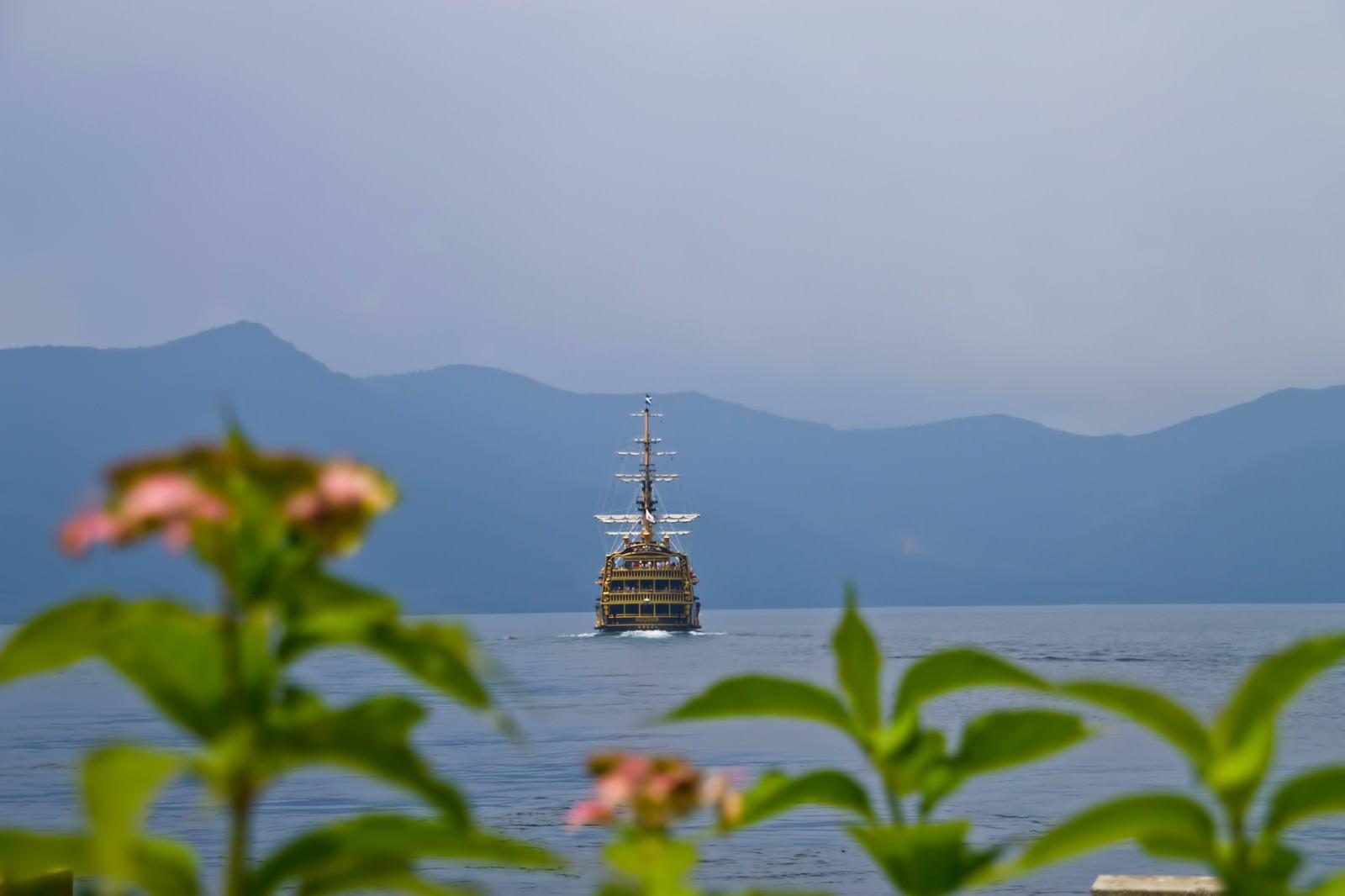 「芦ノ湖と海賊船」の写真