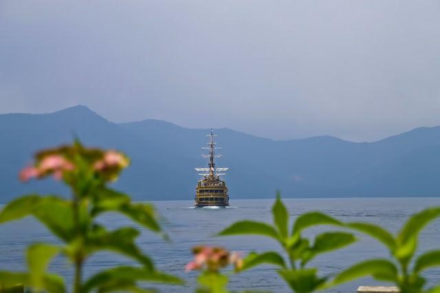 芦ノ湖と海賊船の写真