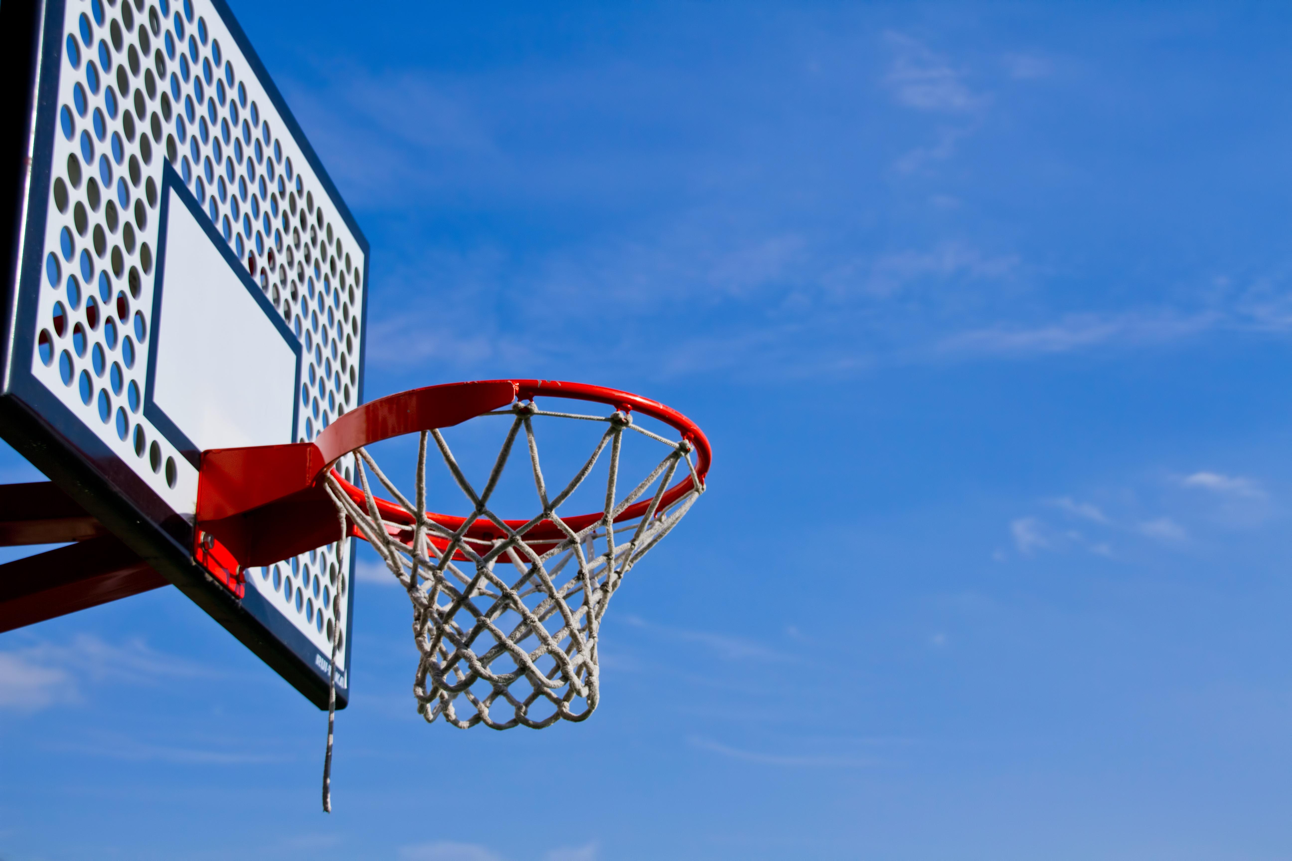 高解像度版. 青空とバスケットゴール