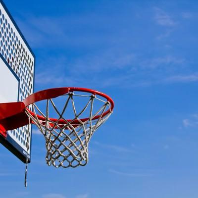 「青空とバスケットゴール」の写真素材