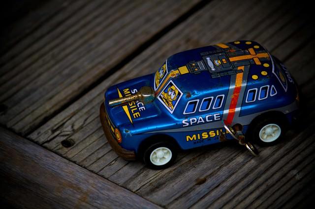 ブリキの車のおもちゃの写真