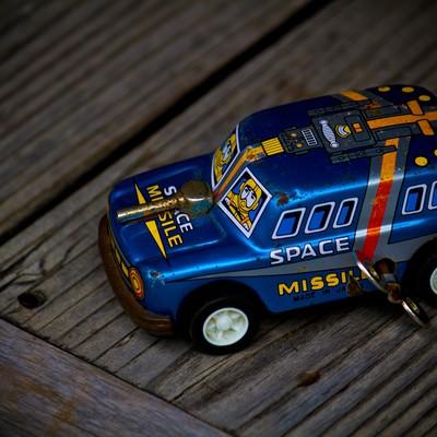 「ブリキの車のおもちゃ」の写真素材