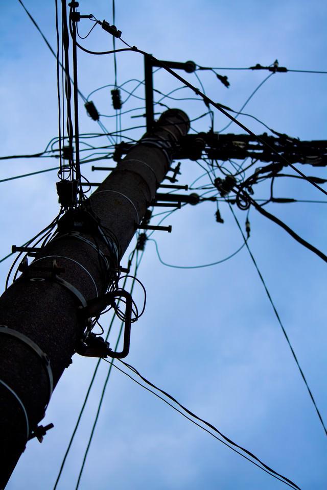 電柱と不安な空模様の写真