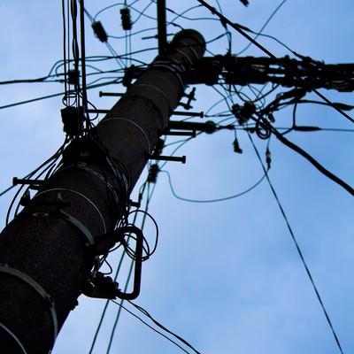 「電柱と不安な空模様」の写真素材