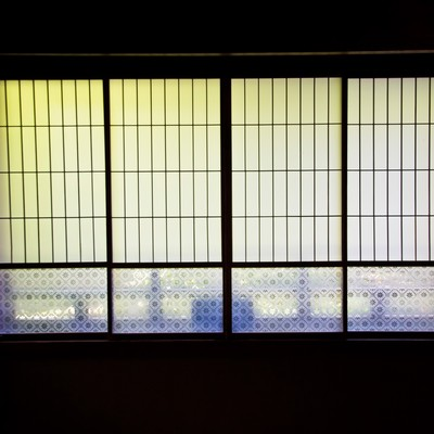 ガラス戸と畳の写真